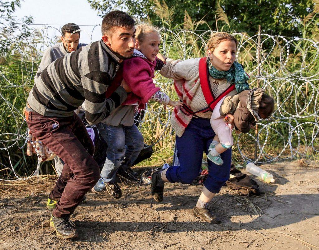 Familie auf der Flucht an der Grenze