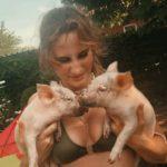 2 kleine Schweinchen auf dem Arm