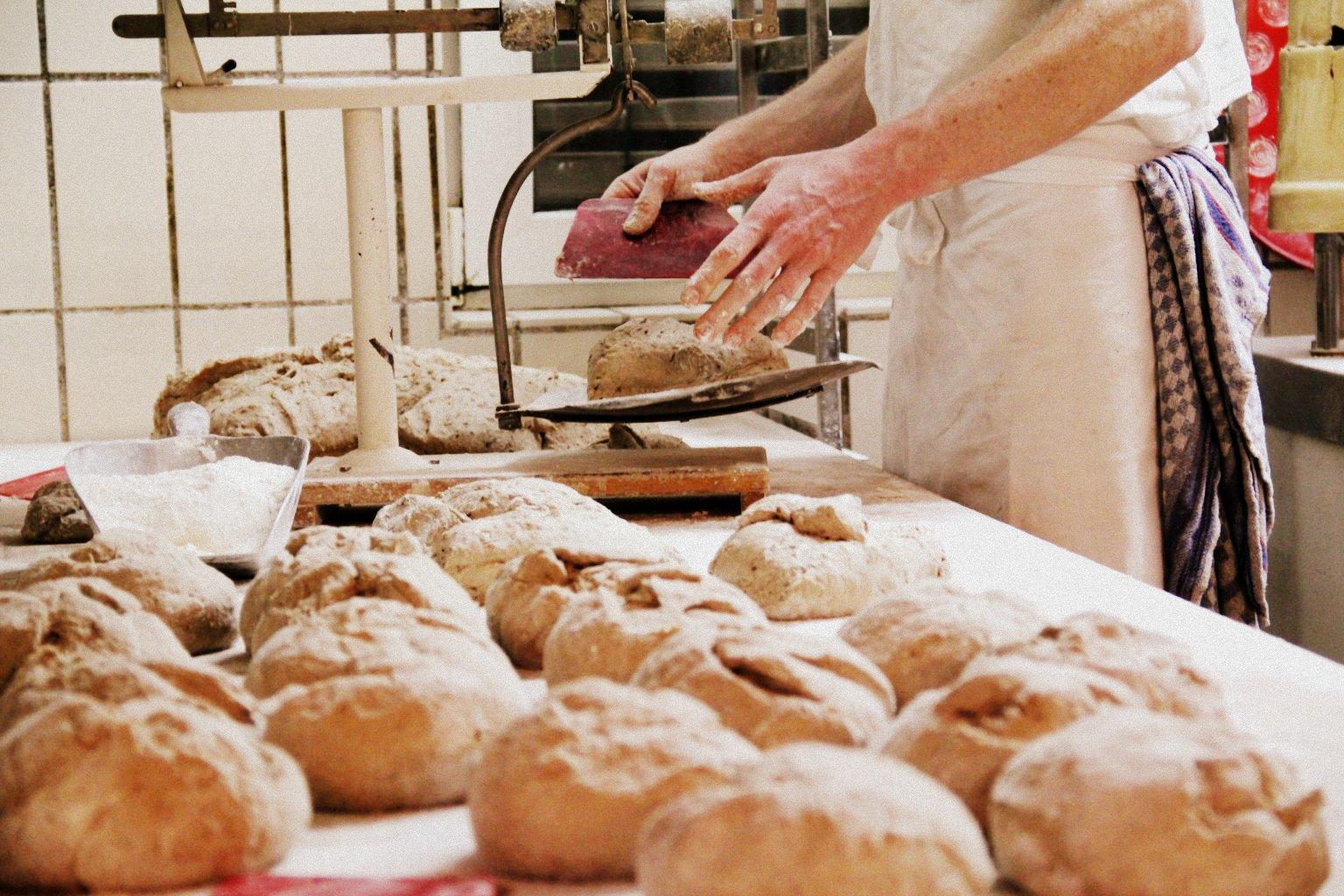 Bäcker wiegt die Zutaten ab