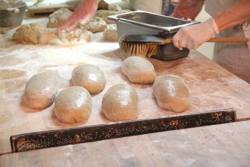 Brot wird eingepinselt